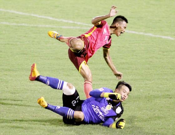 Bạo lực trên sân cỏ V-League ảnh 2