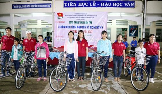 Tặng 5 xe đạp cho sinh viên nghèo vượt khó