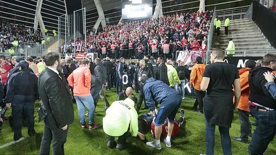 Sập hàng rào khiến hàng chục CĐV bị thương tại Ligue 1 ảnh 1