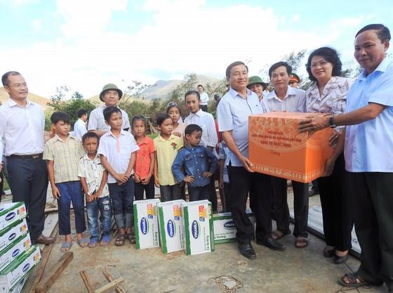 Hơn 110 ngàn ly sữa cứu trợ cho trẻ em vùng lũ Hà Tĩnh và Quảng Bình ảnh 1