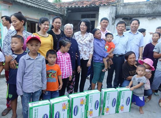 Hơn 110 ngàn ly sữa cứu trợ cho trẻ em vùng lũ Hà Tĩnh và Quảng Bình ảnh 2
