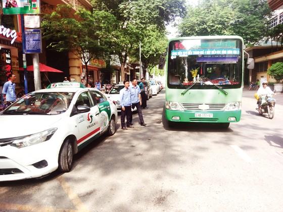 Xử phạt hành vi chiếm dụng hạ tầng xe buýt ảnh 2