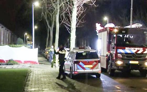 Cảnh sát tại hiện trường vụ tấn công.   Ảnh: express.co.uk