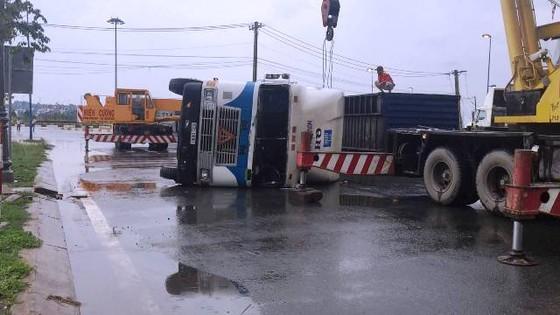 Xe container ôm cua lật chắn ngang đường trong cơn mưa ảnh 1