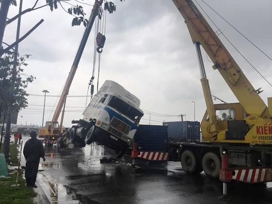 Xe container ôm cua lật chắn ngang đường trong cơn mưa ảnh 3