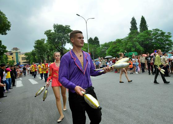 Lần đầu tiên đoàn vũ công Carnival khuấy động phố đi bộ Hà Nội ảnh 5