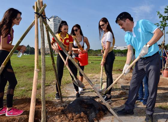 Thí sinh Hoa hậu Hòa bình Thế giới 2017 đi bộ và trồng cây tại Phú Mỹ Hưng ảnh 3