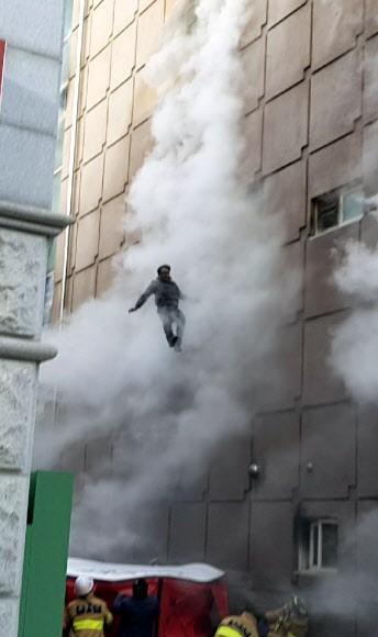 Số người chết trong vụ hỏa hoạn ở Hàn Quốc tăng lên 29 người ảnh 3