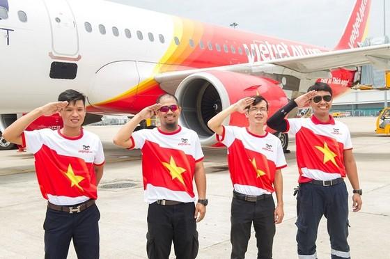 Vietjet: Rực rỡ cờ sao mừng ngày đất nước thống nhất ảnh 5