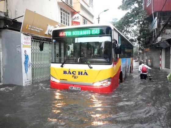 Nhiều tuyến đường ngập sâu Hà Nội do bão số 2 ảnh 1