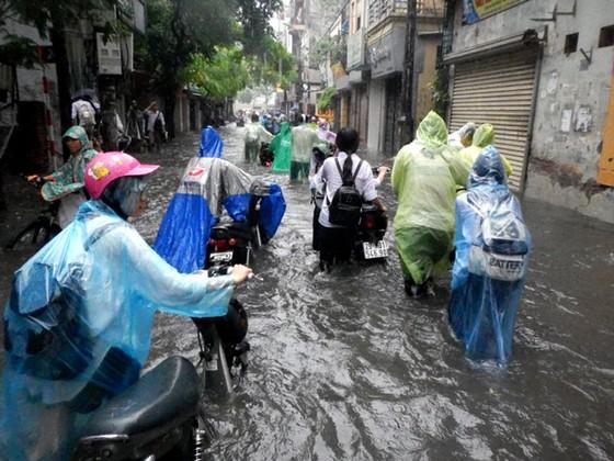 Nhiều tuyến đường ngập sâu Hà Nội do bão số 2 ảnh 4