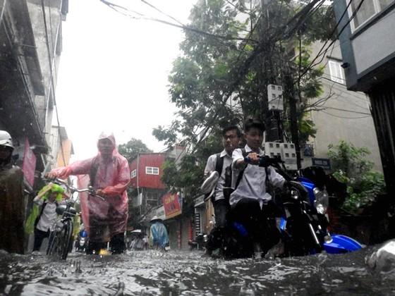 Nhiều tuyến đường ngập sâu Hà Nội do bão số 2 ảnh 5