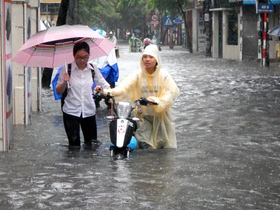 Nhiều tuyến đường ngập sâu Hà Nội do bão số 2 ảnh 6