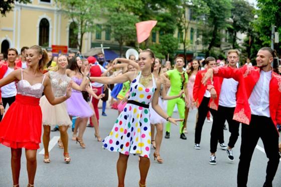 Đoàn vũ công Carnival khuấy động phố đi bộ Hà Nội ảnh 2