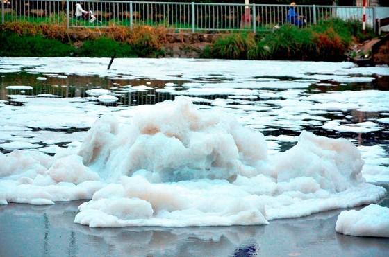 Bọt trắng như tuyết nổi đầy kênh Tàu Hủ ảnh 2