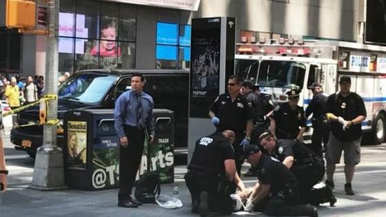 Xe điên lao vào người đi bộ trên Quảng trường Thời đại ở New York ảnh 1