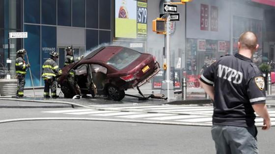 Xe điên lao vào người đi bộ trên Quảng trường Thời đại ở New York ảnh 2