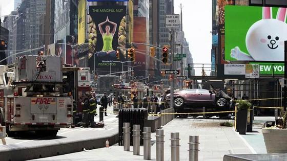 Xe điên lao vào người đi bộ trên Quảng trường Thời đại ở New York ảnh 4