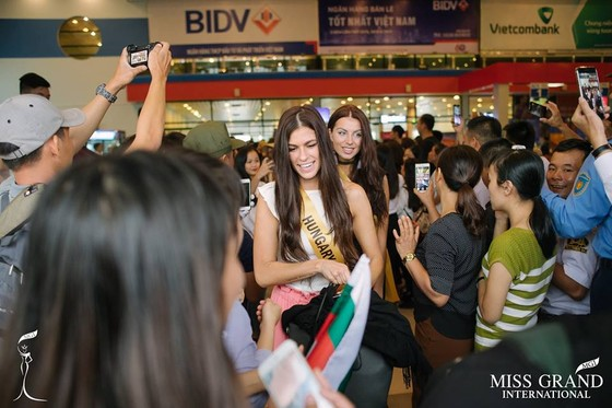 Hàng ngàn người dân Quảng Bình đón dàn Miss Grand International 2017 ảnh 1