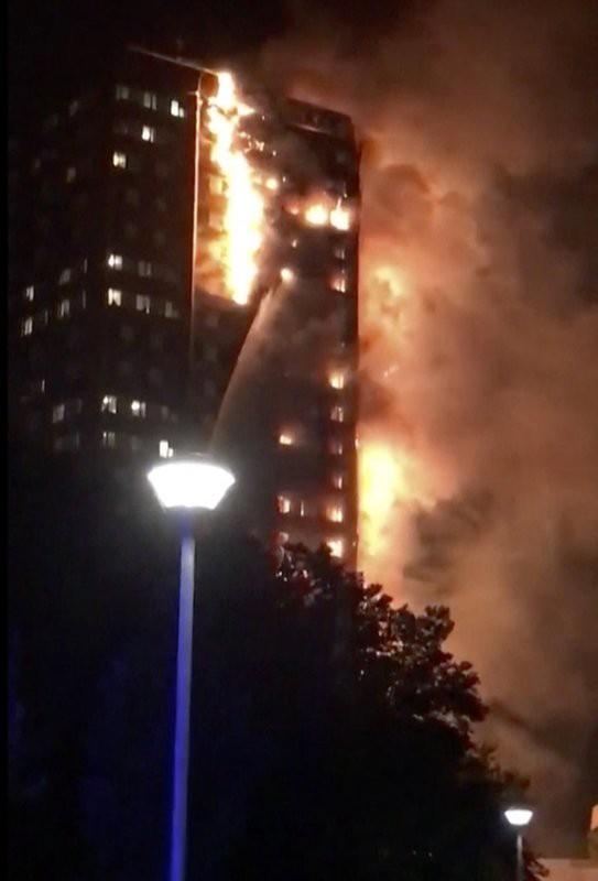Anh: Tòa nhà 27 tầng bốc cháy dữ dội ảnh 2