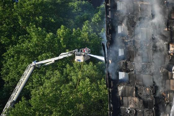 Anh: Tòa nhà 27 tầng bốc cháy dữ dội ảnh 3