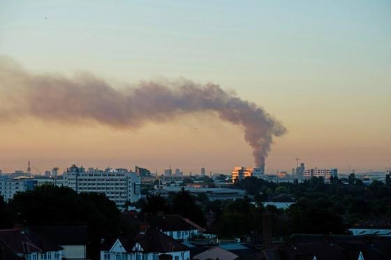 Anh: Tòa nhà 27 tầng bốc cháy dữ dội ảnh 4