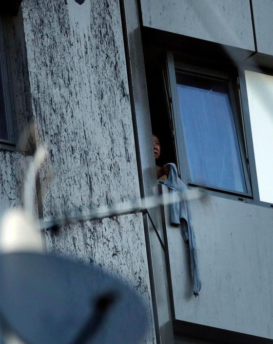 Anh: Tòa nhà 27 tầng bốc cháy dữ dội ảnh 1