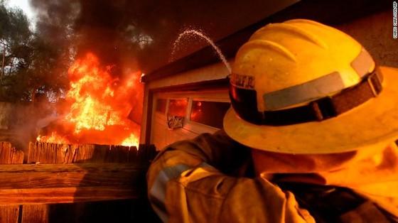 Mỹ: Cháy rừng tại Nam California tiếp tục diễn biễn phức tạp  ảnh 3