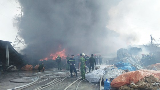 Cháy lớn bên dưới đường điện cao thế, cắt điện toàn thành phố Vũng Tàu ảnh 2