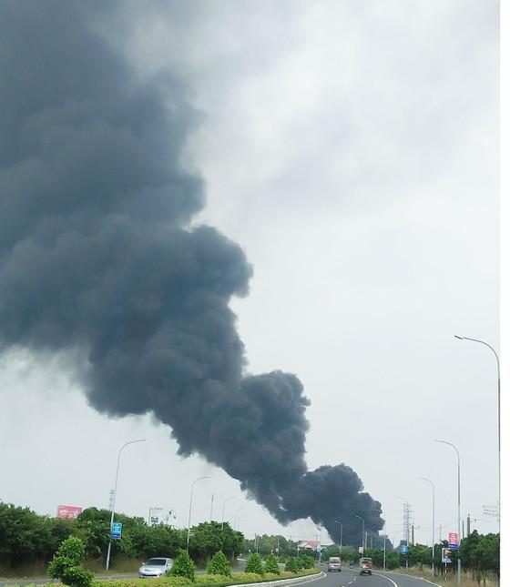Cháy lớn bên dưới đường điện cao thế, cắt điện toàn thành phố Vũng Tàu ảnh 3