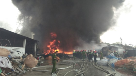 Cháy lớn bên dưới đường điện cao thế, cắt điện toàn thành phố Vũng Tàu ảnh 1