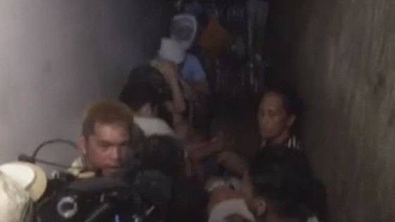 Phương tiện truyền thông quay lại cảnh các tù nhân được phát hiện trong nhà giam sau kệ sách ở đồn cảnh sát tại Manila - Ảnh: ABS-CBN