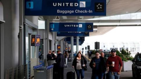United Airlines bồi thường cho bác sĩ gốc Việt - ảnh 1