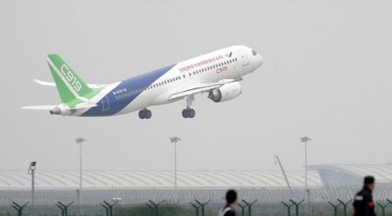 Chiếc C919 của Trung Quốc cất cánh chiều 5-5 - Ảnh: REUTERS
