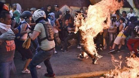 Người ủng hộ chính phủ Venezuela bị thiêu sống - ảnh 1