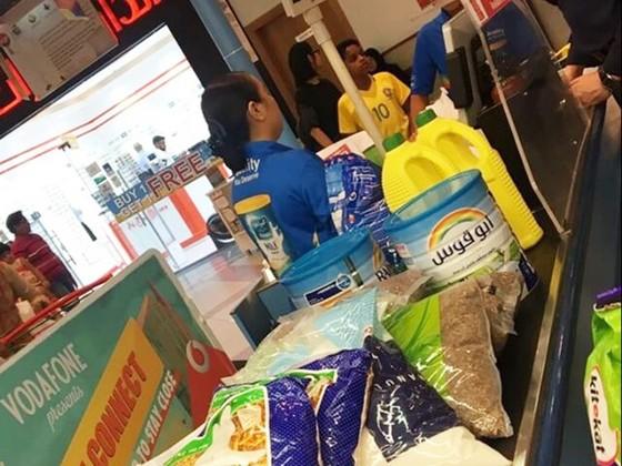 Người Qatar vội vã tích trữ thực phẩm, ồ ạt rút tiền khỏi ngân hàng ảnh 3
