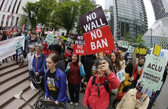 Người dân phản đối sắc lệnh hạn chế nhập cảnh tại TP Seattle hôm 15-5. Ảnh: AP