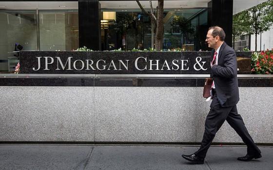 JPMorgan Chase là ngân hàng đa quốc gia đầu tiên của Mỹ có mặt trong danh sách xếp hạng các ngân hàng lớn nhất thế giới dựa trên giá trị tài sản. Mặc dù chỉ đứng thứ 6, nhưng JPMorgan Chase lại là ngân hàng lớn nhất xứ cờ hoa, với tổng giá trị tài sản 2.450 tỉ USD.