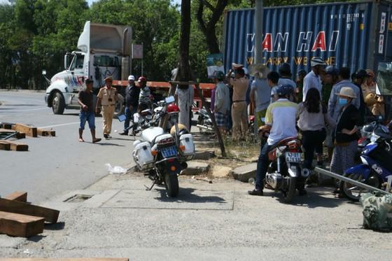 Đà Nẵng: Lật xe đầu kéo chở gỗ, giao thông tê liệt nhiều giờ ảnh 1