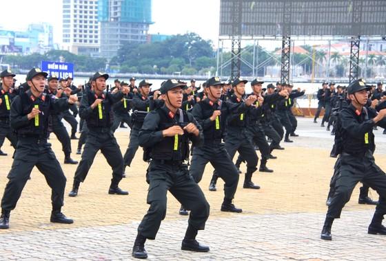 Xem lực lượng an ninh bảo vệ APEC luyện khí công và chống khủng bố, giải cứu con tin  ảnh 13