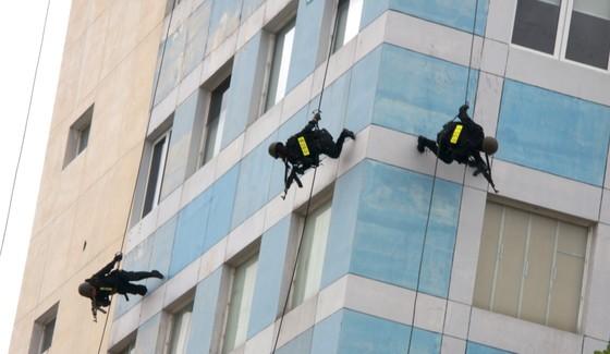 Xem lực lượng an ninh bảo vệ APEC luyện khí công và chống khủng bố, giải cứu con tin  ảnh 18