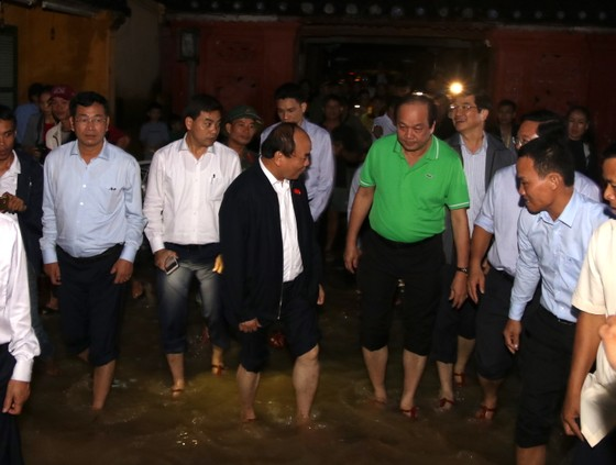 Thủ tướng lội nước thăm người dân phố cổ Hội An ảnh 4