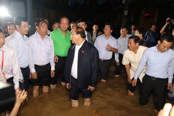 Thủ tướng lội nước thăm người dân phố cổ Hội An ảnh 3