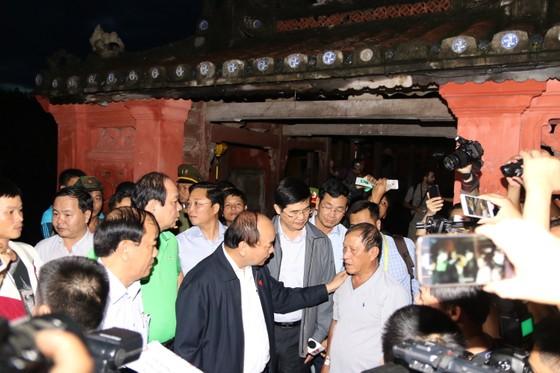 Thủ tướng lội nước thăm người dân phố cổ Hội An ảnh 2