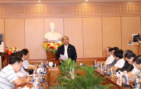 Thủ tướng lội nước thăm người dân phố cổ Hội An ảnh 1