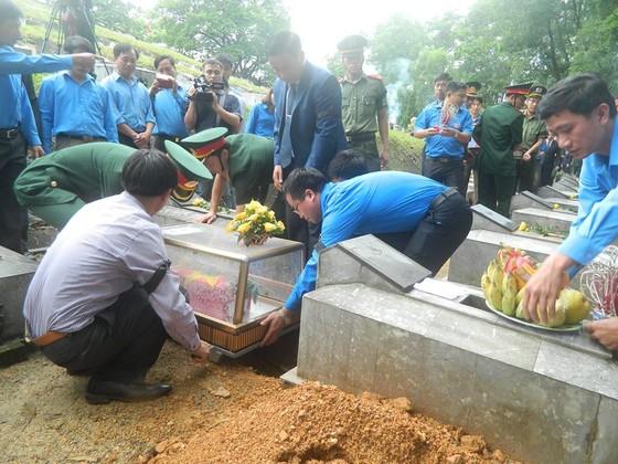 An táng 12 hài cốt liệt sĩ hy sinh trên đất bạn Lào ảnh 4