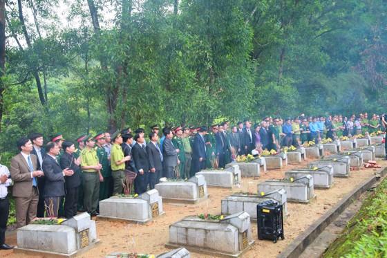 An táng 12 hài cốt liệt sĩ hy sinh trên đất bạn Lào ảnh 3
