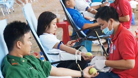 """Các bạn trẻ tình nguyện hiện máu tại ngày hội """"Giọt hồng Đất Mũi"""""""