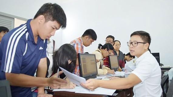 Thí sinh nộp hồ sơ đăng ký dự thi THPT quốc gia