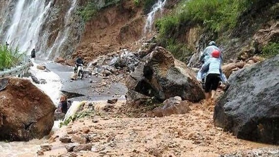 Các tuyến đường huyết mạch giao thông ở tỉnh Hà Giang bị cô lập vì sạt lở do mưa lũ ngày 24-6